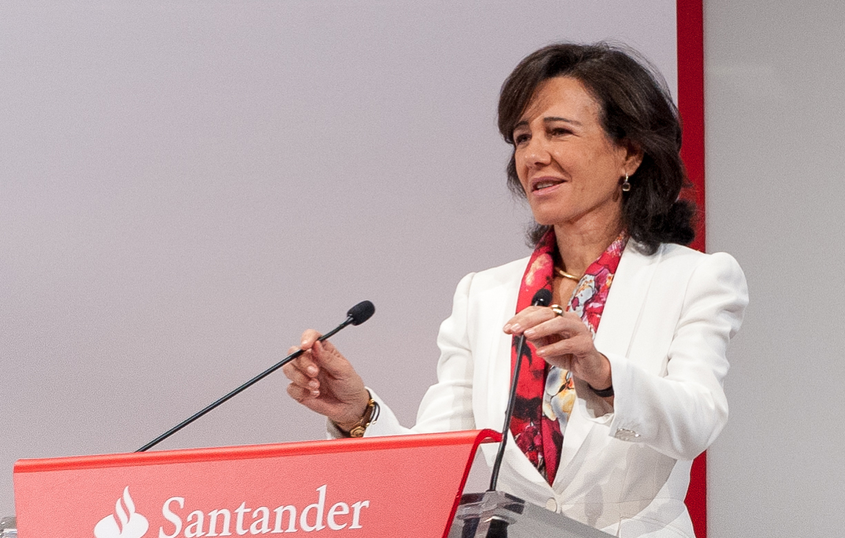 Santander promete igualdad salarial para hombres y mujeres en 2025
