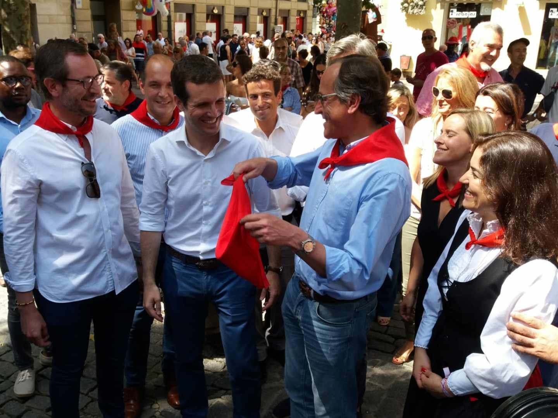Pablo Casado, junto a Alfonso Alonso, Javier Maroto y otros miembros del PP vasco, en Vitoria.