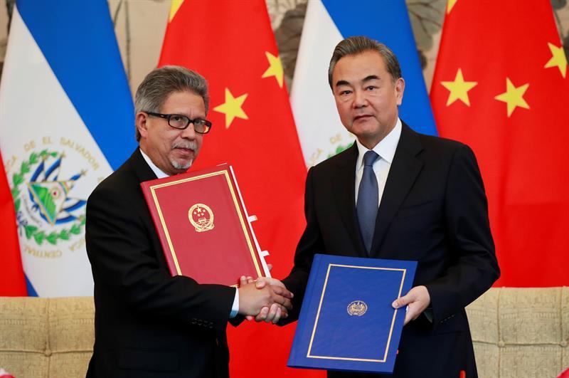 Los ministros salvadoreño y chino firman el restableciimiento de relaciones diplomáticas.