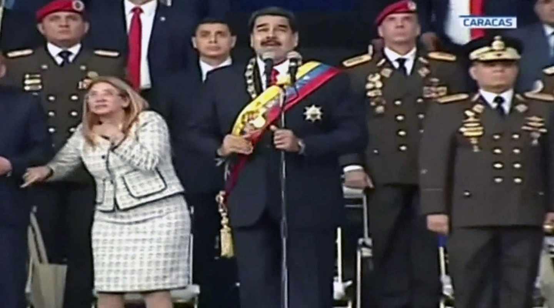 El presidente venezolano, Nicolás Maduro, junto a su esposa Cilia Flores, en el momento de la explosión, en Caracas.