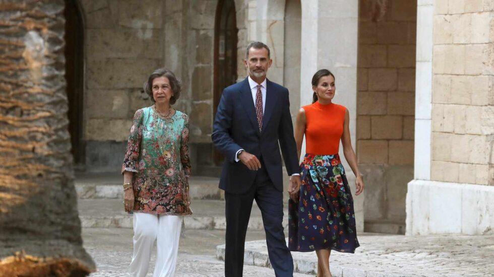Los reyes Felipe y Letizia (d), acompañados por la reina Sofía, a su llegada a la recepción a representantes de todos los sectores de la sociedad balear, encabezada por la presidenta autonómica, Francina Armengol, hoy en el Palacio de la Almudaina, en Palma de Mallorca.