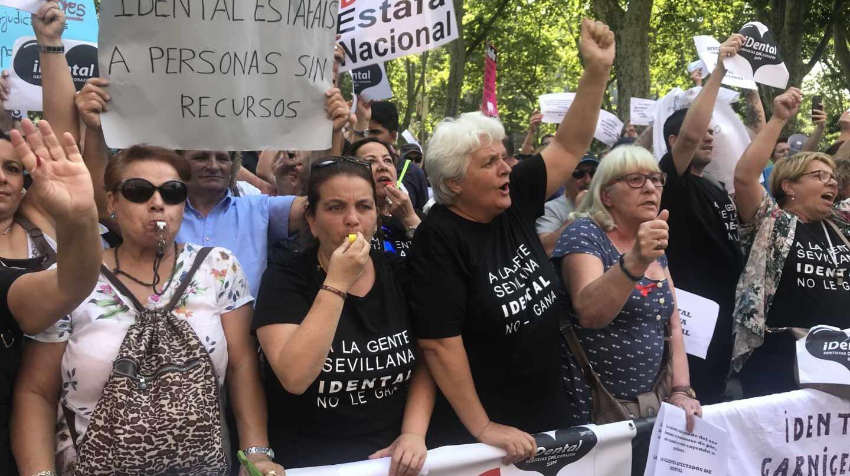 Manifestación de afectados de iDental frente al Ministerio de Sanidad en julio de 2018.