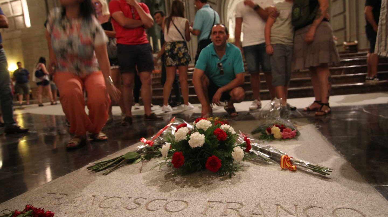 Ciudadanos, ante la tumba de Franco en la basílica del Valle de los Caídos.