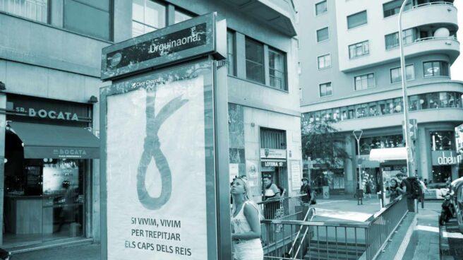 Marquesina con una soga amarilla y un lema antimonárquico en la plaza Urquinaona, Barcelona.