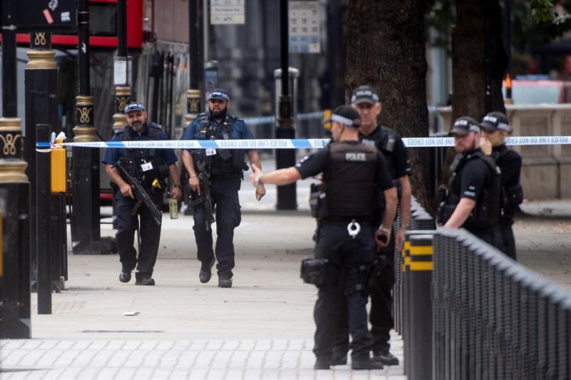 Decenas de policías británicos están desplegados en la zona del Parlamento, tras el choque contra las barreras protectoras.