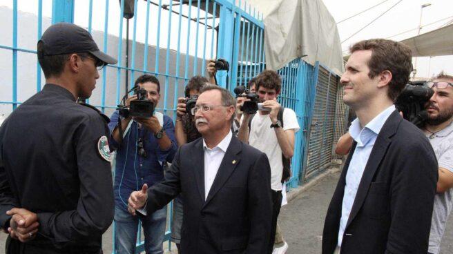 Presidente de la Ciudad Autónoma de Ceuta, Juan Jesús Vivas, con el Presidente del PP, Pablo Casado, en la frontera de Ceuta con Marruecos