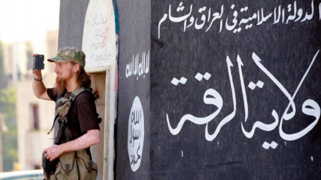 Yihadista usando un móvil.