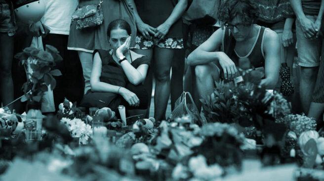 Flores y velas en las Ramblas de Barcelona.