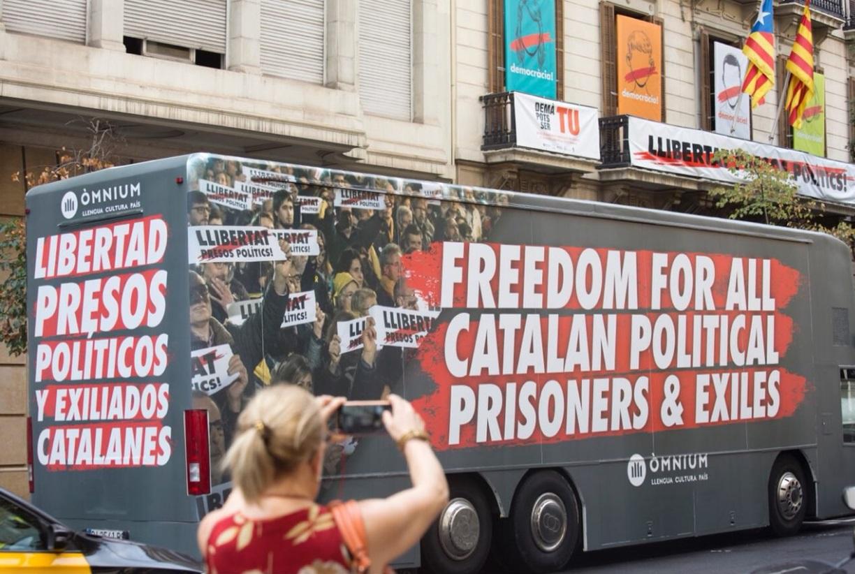 Autobús de una campaña organizada por Ómnium Cultural.