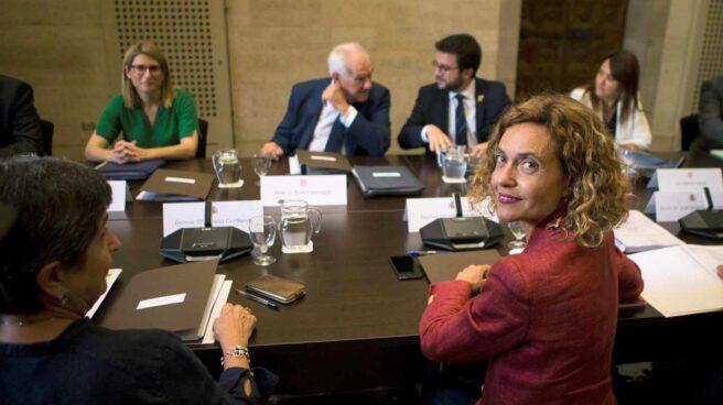 Meritxell Batet (4d); la consellera de la Presidencia, Elsa Artadi (3i); Ernest Maragall (4i); y Pere Aragonès (5i), entre otros, durante la primera reunión de la Comisión bilateral Estado-Generalitat.