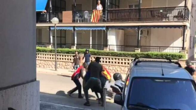 Imágenes del enfrentamiento de un grupo de manteros con Mossos d'Esquadra en Salou.