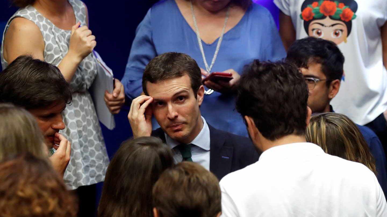Pablo Casado habla con los periodistas tras su comparecencia de este lunes.