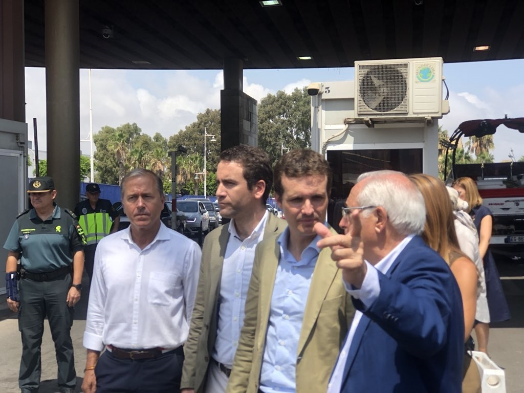 Pablo Casado, en la frontera de Melilla, con Juan José Imbroda.