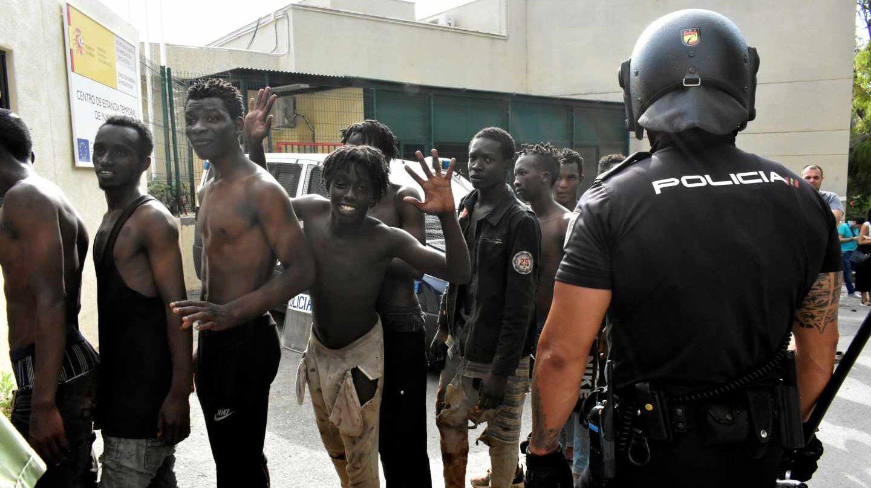 Los inmigrantes de Ceuta, tras saltar la valla este miércoles.