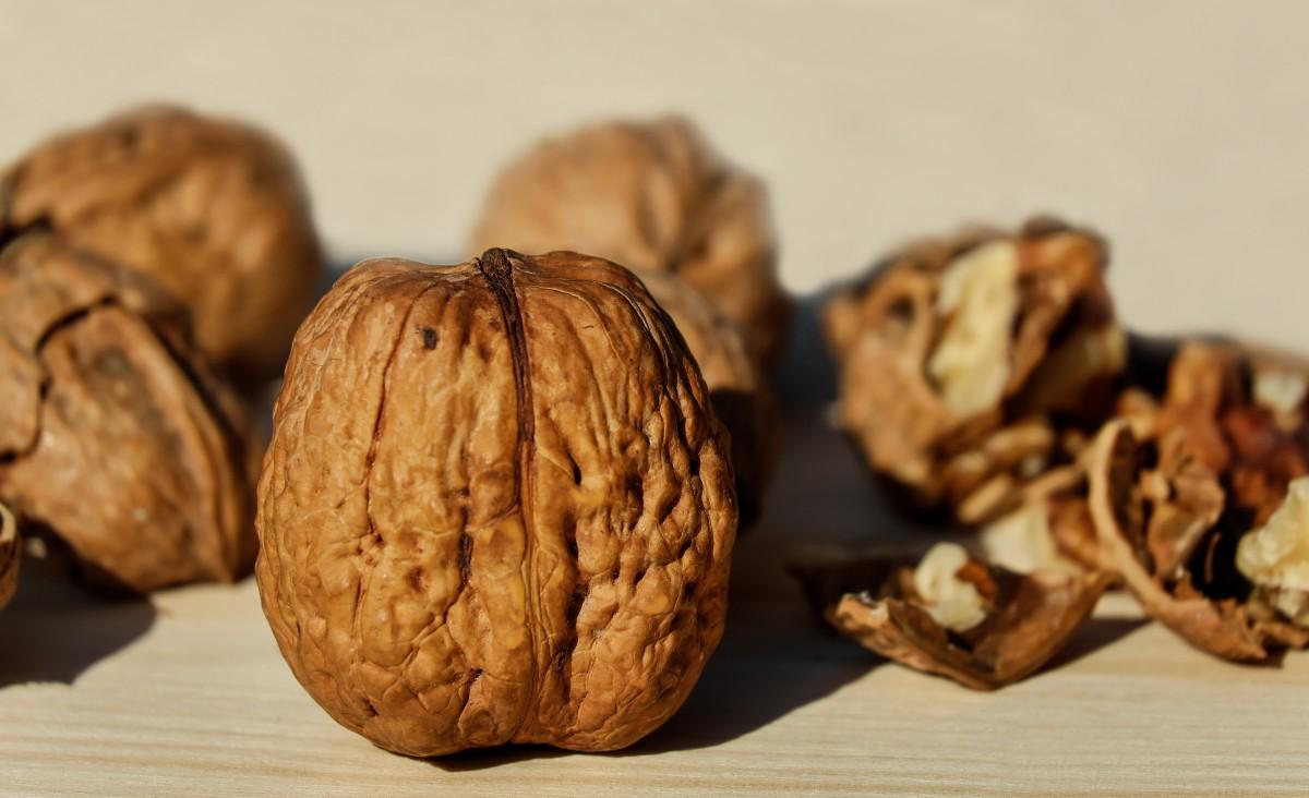 Comer nueces reduce el colesterol y los triglicéridos.