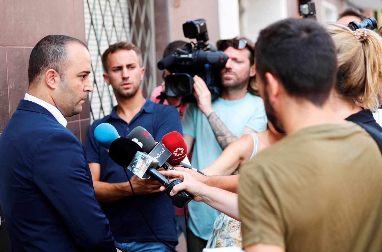 David Martinez Cubells (i), abogado de la familia del hombre que murió tiroteado cuando atacaba la comisaría de Cornellà.