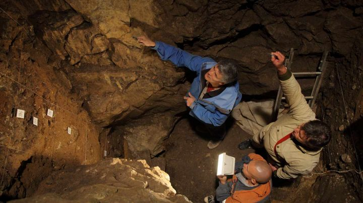 Los investigadores en la cueva de Denisova.