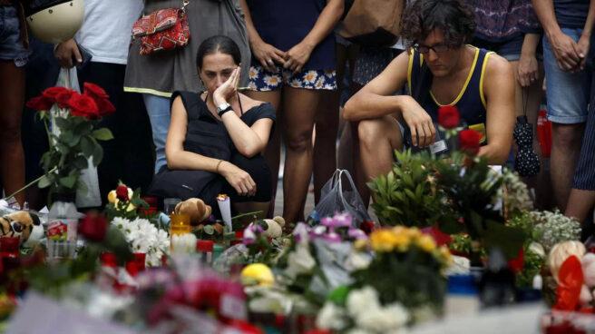 Varias personas rinden homenaje a las víctimas de los atentados en Barcelona, en las Ramblas.