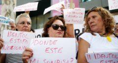 La Plataforma de afectadas por la estafa de I-Dental de Valencia, celebran una concentración frente a la Conselleria de Sanidad.