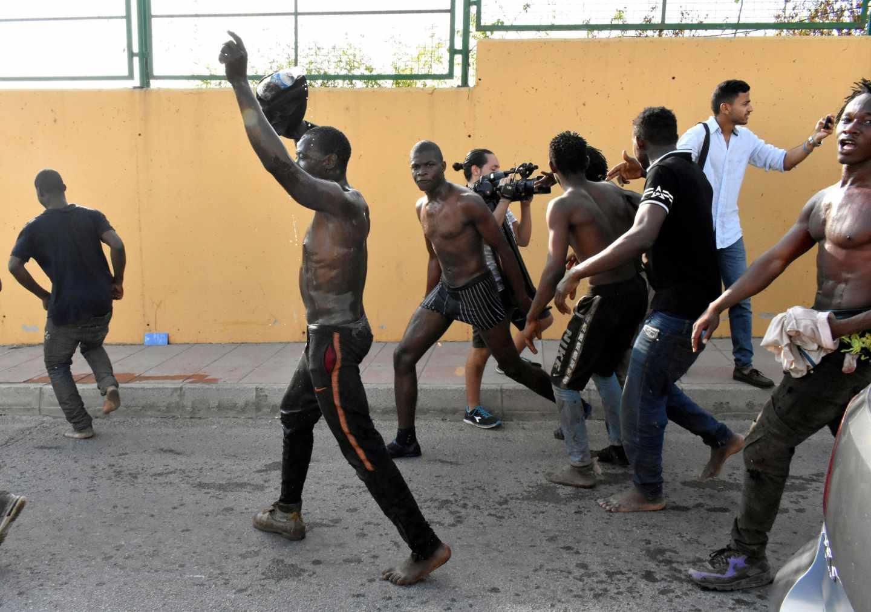 116 inmigrantes subsaharianos consiguieron saltar la valla de entrada en Ceuta este miércoles.