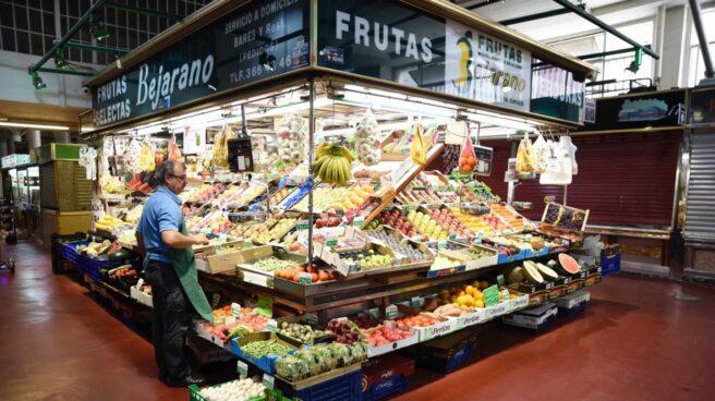 Un puesto de frutas y verduras en un mercado madrileño.