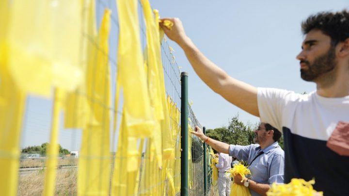 Miembros de Cs retiran lazos amarillos de Sant Cugat del Vallès (Barcelona).