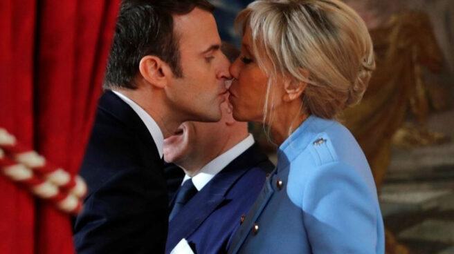El beso de Macron con la primera dama Brigitte