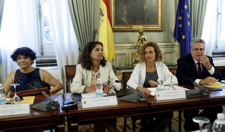 La ministra de Hacienda, María Jesús Montero (2i), y la ministra de Política Territorial, Meritxell Batet (2d).