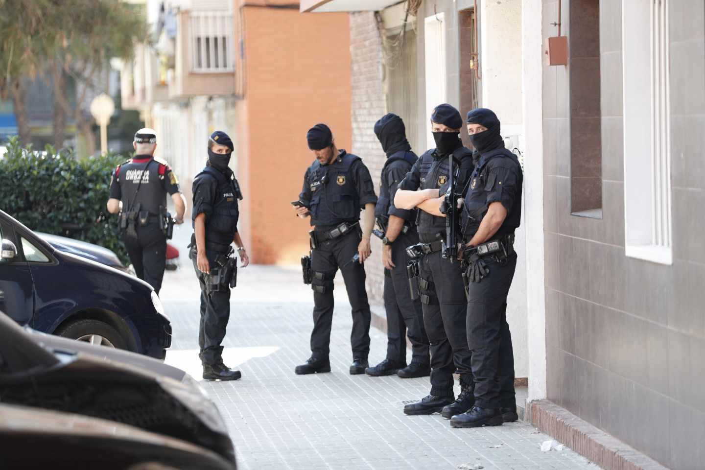 Los Mossos d'Esquadra custodian el edificio donde vivía el atacante de la comisaría de Cornellà.