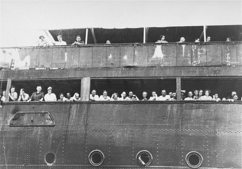 Refugiados judíos en el barco St. Louis frente al puerto de La Habana, mayo de 1939.