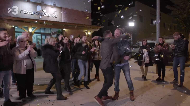 Toni Punyet, propietario de Nova Font Blanca, recibe los 5.000 euros como ganador del programa de TV3 Joc de Cartes.