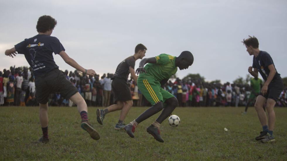 Partido de fútbol entre expedicionarios de España Rumbo al Sur y refugiados de Sudan del Sur en el asentamiento de Palabek (Uganda).