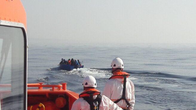 Un buque de salvamento alcanza una patera, en una imagen de archivo.