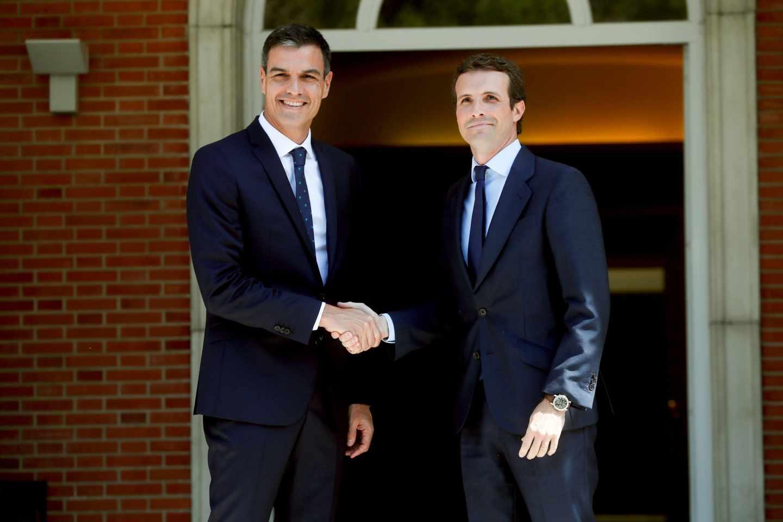 El presidente del Gobierno, Pedro Sánchez recibe al líder del PP, Pablo Casado, en La Moncloa.