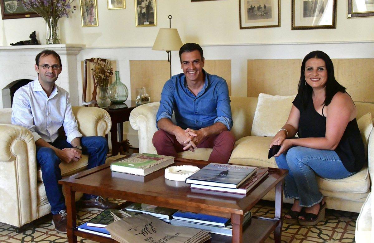 Pedro Sánchez, con el alcalde de Sanlúcar y la alcaldesa de Almonte durante sus vacaciones.