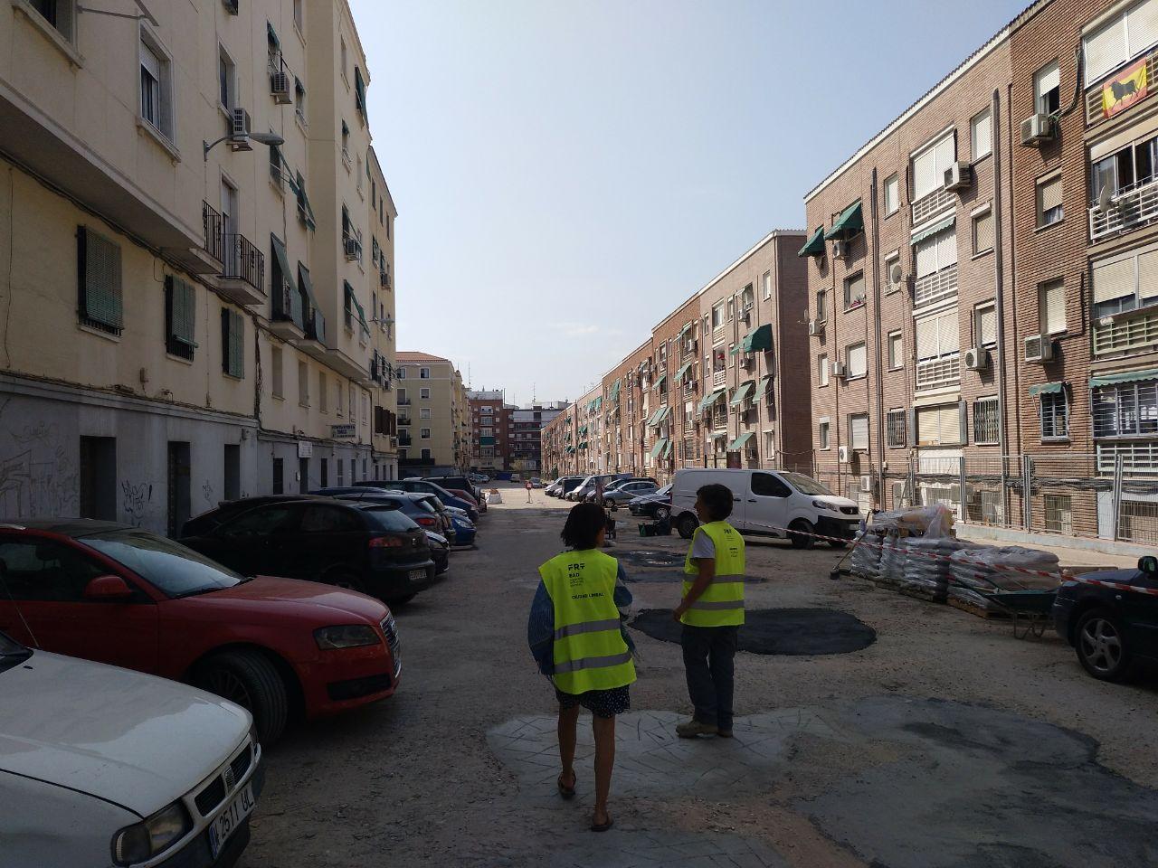 Dos afiliadas a una ONG coordinan las labores de limpieza y cubrimiento de baches.