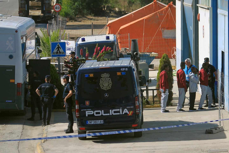 Los inmigrantes rescatados por el buque 'Open Arms', entran en una nave para ser atendidos.