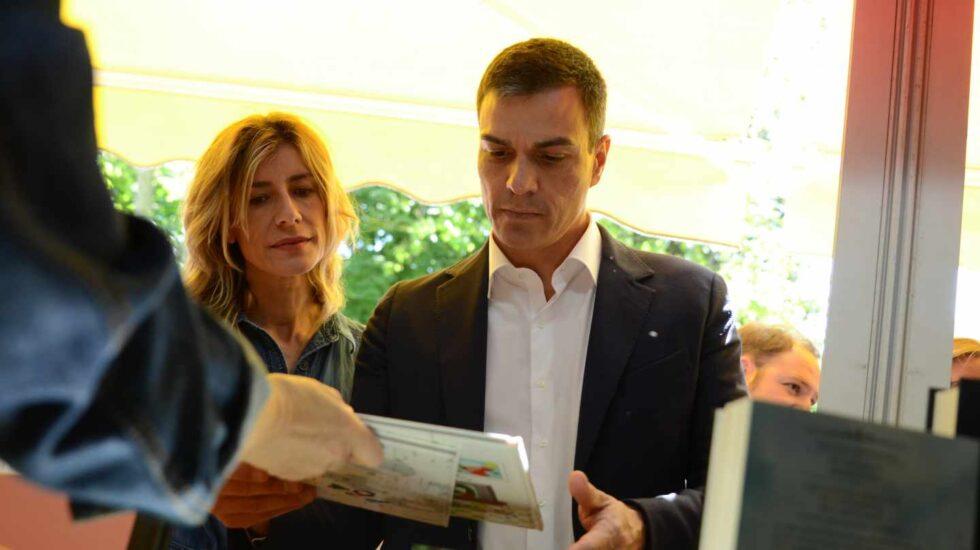 Begoña Gómez y Pedro Sánchez, en la feria del Libro de Madrid.