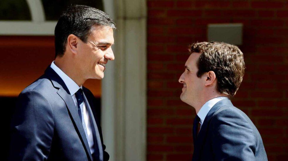 Pedro Sánchez y Pablo Casado, antes de su reunión en Moncloa.