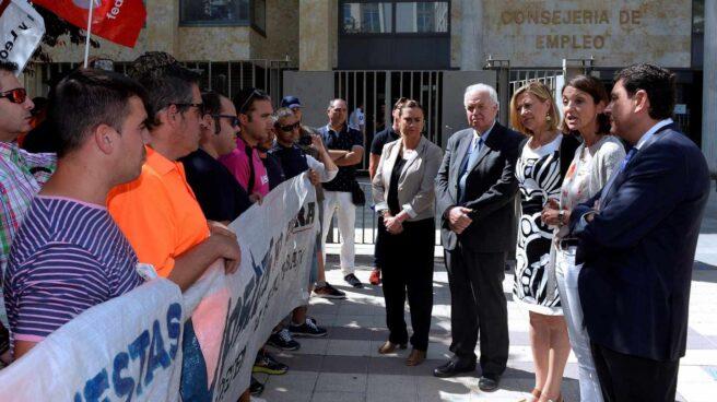 La ministra de Industria, Reyes Maroto, conversa con trabajadores de la planta de Vestas de León.