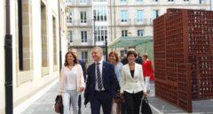 El lehendakari Iñigo Urkullu, acompañado de parte de su Gobierno, a su llegada al Parlamento Vasco.