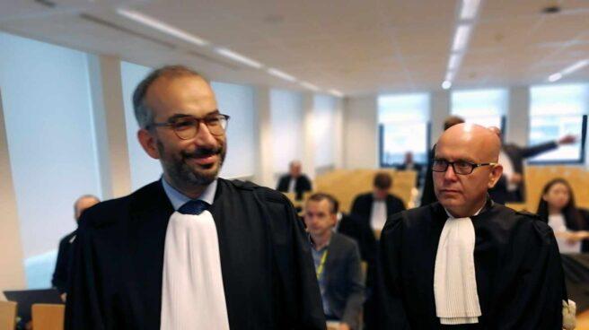 El abogado del juez Llarena, Hackim Boularbah, y Gonzalo Boye, en el Juzgado de Bruselas.