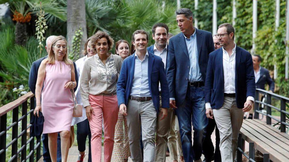 Pablo Casado, junto a su equipo en La Junta Directiva del PP en Barcelona.