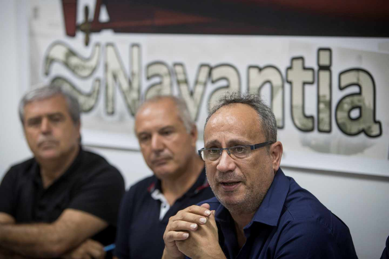 El presidente del comité de empresa del astillero de Navantia San Fernando, Jesús Peralta (d) en rueda de prensa en San Fernando (Cádiz)