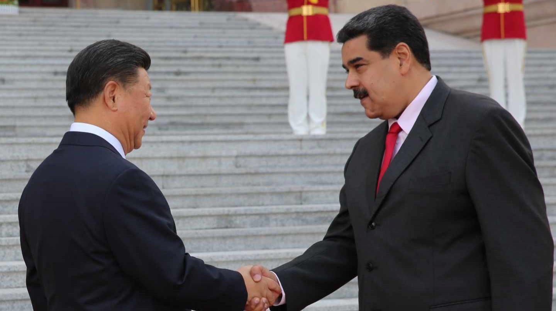 Nicolás Maduro saluda a su homólogo chino, Xi Jinping, en Pekín.