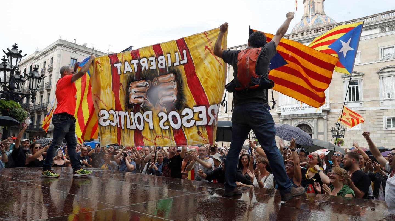 Independentistas boicotean en la plaza de Sant Jaume la manifestación a favor del castellano en Barcelona.