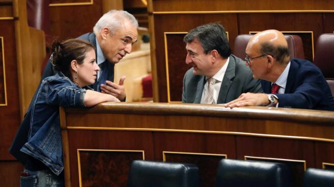 Lastra y Simancas hablan en el Congreso con Esteban y Legarda.