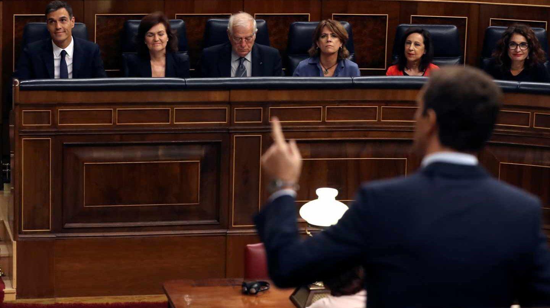 Pablo Casado se dirige a Pedro Sánchez desde el escaño.