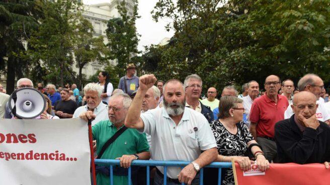 Un grupo de pensionistas corta el tráfico en las puertas del Congreso.