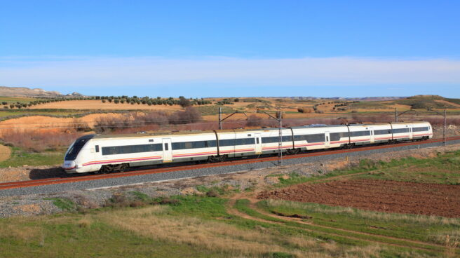 Un tren media distancia del modelo S-598.